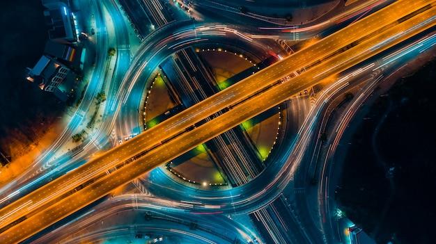 Vista superior da via expressa, tráfego de estrada uma infra-estrutura importante na tailândia