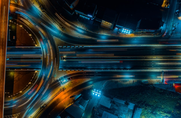 Vista superior da via expressa, tráfego rodoviário, uma importante infraestrutura na tailândia
