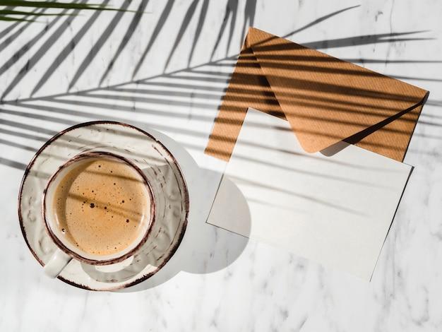 Vista superior da xícara de café e envelope