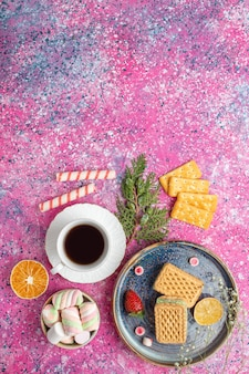 Vista superior da xícara de café, sanduíches de biscoito, biscoitos e marshmallows