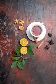 Vista superior da xícara de chá com limão na foto escura da fruta do chá da mesa escura