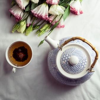 Vista superior da xícara de chá e bule