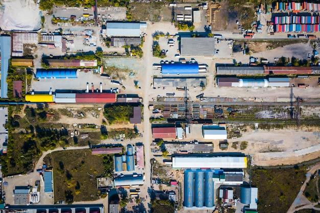 Vista superior da zona industrial: garagens, armazéns, contêineres para armazenamento de mercadorias.