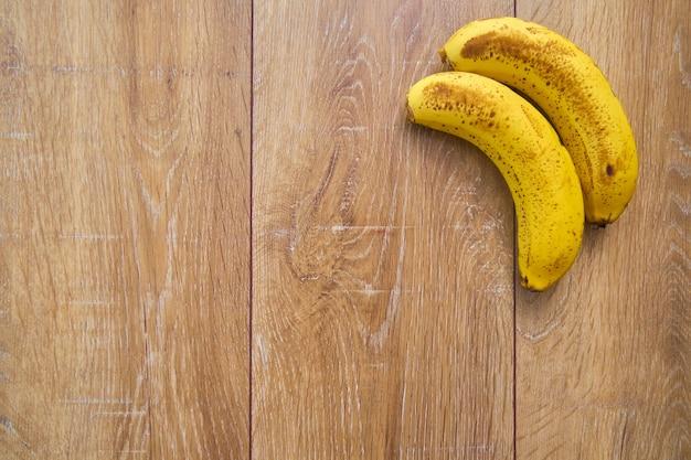 Vista superior das bananas em fundo de madeira