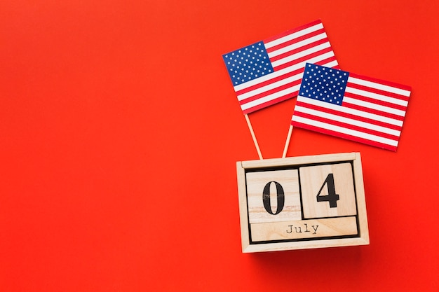 Vista superior das bandeiras americanas com data e cópia de espaço