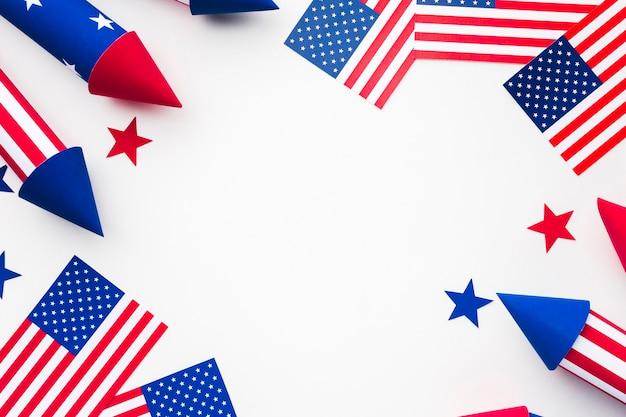 Vista superior das bandeiras americanas com fogos de artifício