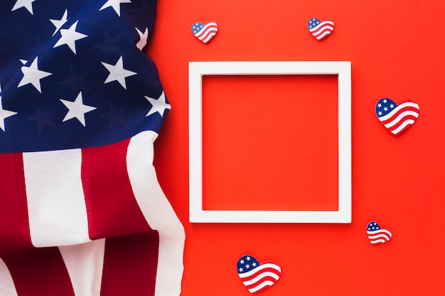 Vista superior das bandeiras americanas com moldura para o dia da independência
