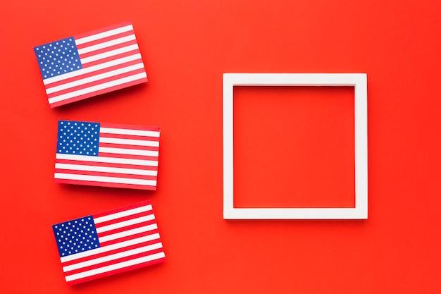 Vista superior das bandeiras americanas com moldura