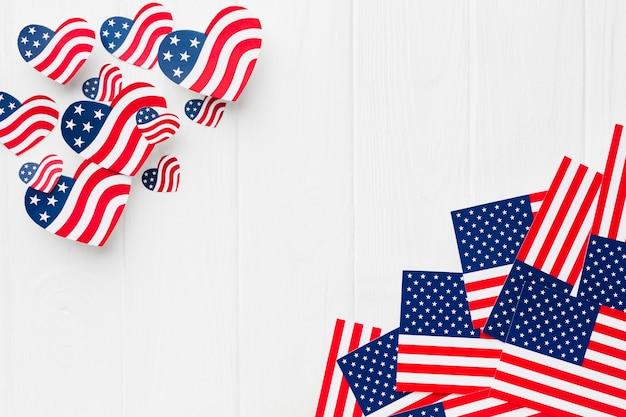 Vista superior das bandeiras americanas em forma de coração e regulares