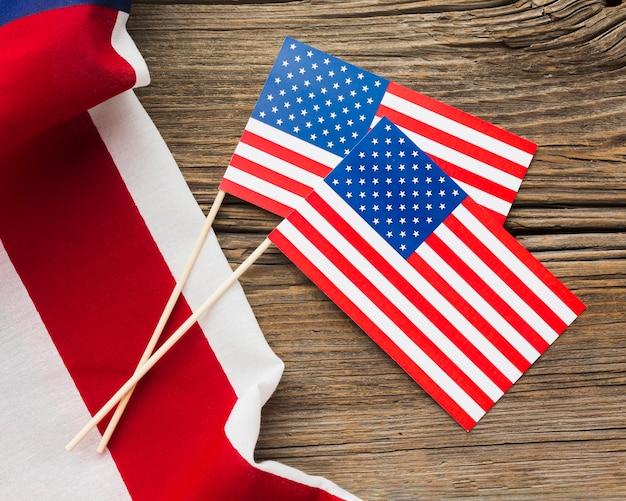 Vista superior das bandeiras americanas na madeira