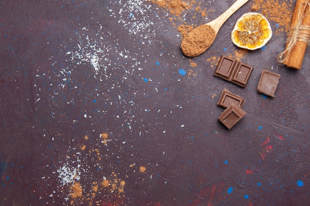 Vista superior das barras de chocolate no espaço escuro