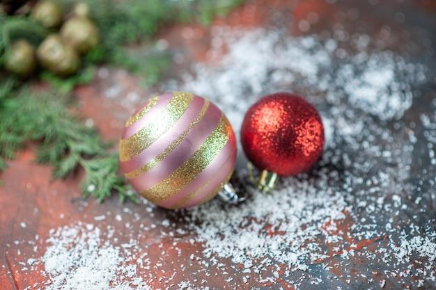 Vista superior das bolas da árvore de natal em pó de coco no fundo escuro e isolado com espaço de cópia