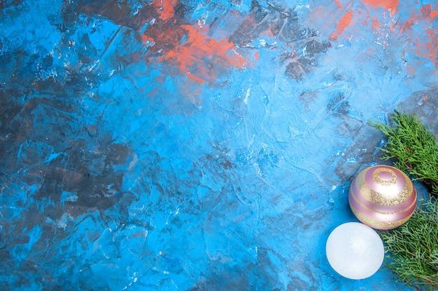 Vista superior das bolas da árvore de natal na superfície azul-vermelha