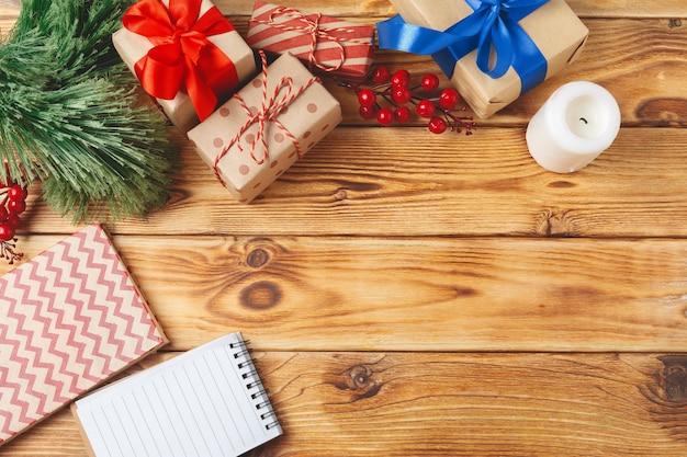 Vista superior das caixas de presente de natal embrulhado em fundo de madeira