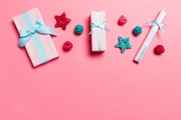 Vista superior das decisões de natal em fundo rosa. conceito de feriado de ano novo com espaço de cópia
