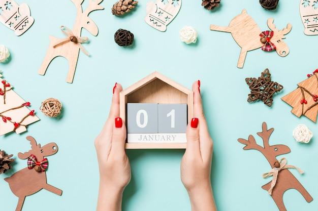 Vista superior das decorações de natal com calendário de madeira