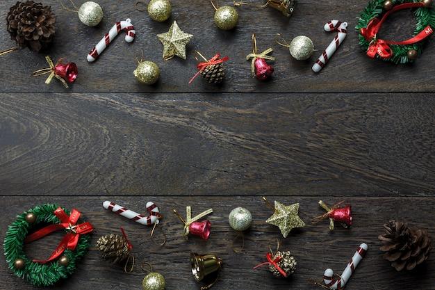 Vista superior das decorações de natal e enfeites de natal em fundo de madeira com espaço de cópia.