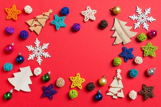 Vista superior das decorações do feriado e brinquedos no vermelho