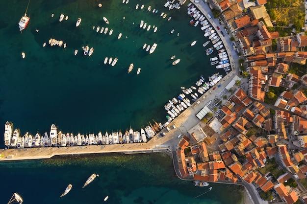 Vista superior das docas na croácia no verão