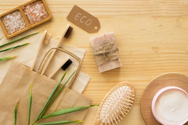 Vista superior das escovas de dente e sabonete de bambu
