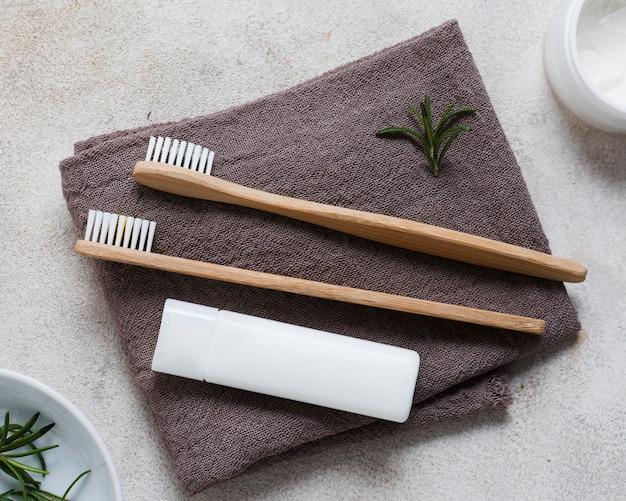 Vista superior das escovas de dente em toalhas