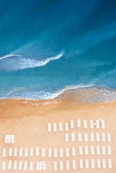 Vista superior das espreguiçadeiras na praia