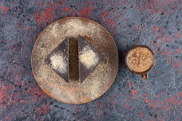 Vista superior das fatias de bolo fresco com uma xícara de café no rústico.