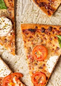 Vista superior das fatias de pizza em papel manteiga