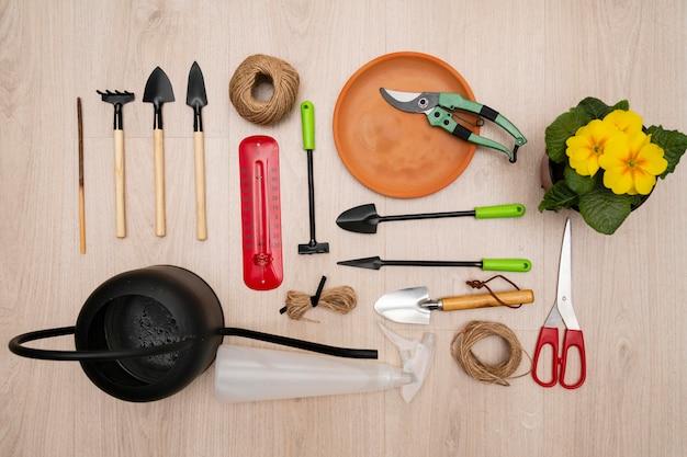 Vista superior das ferramentas de jardinagem Foto gratuita