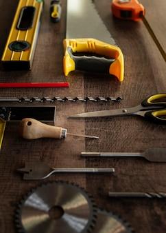 Vista superior das ferramentas de madeira na mesa