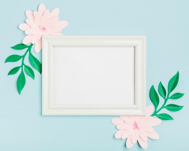 Vista superior das flores de primavera de papel com moldura