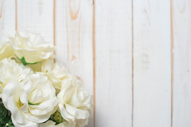 Vista superior das flores do casamento em fundo branco de madeira