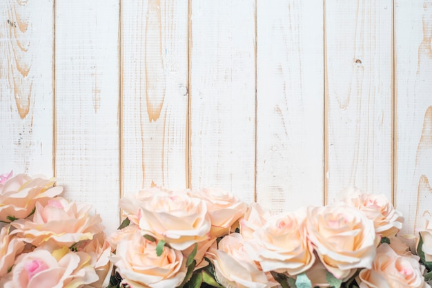 Vista superior das flores do casamento em fundo branco moldura de madeira