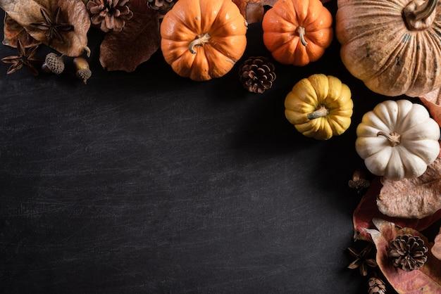 Vista superior das folhas de bordo do outono com abóbora, conceito do dia da ação de graças.