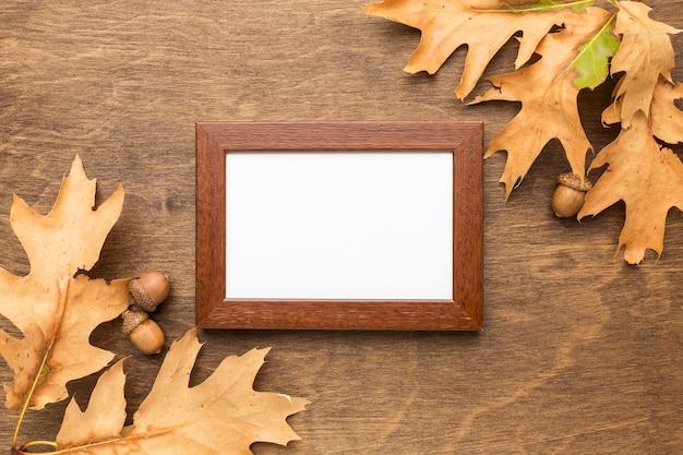 Vista superior das folhas de outono com moldura e bolotas