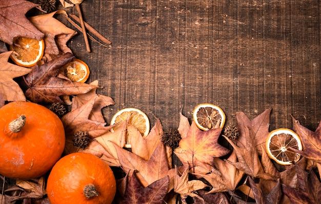 Vista superior das folhas de outono para ação de graças com espaço de cópia