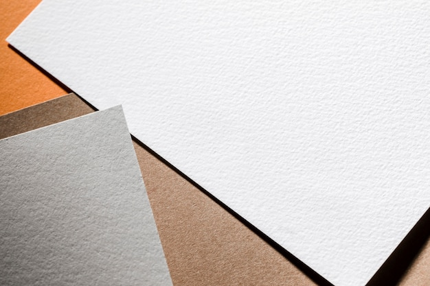 Vista superior das folhas de papel texturizado cinza e branco