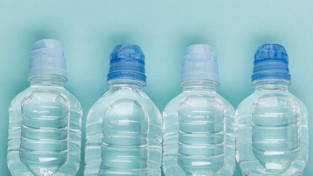 Vista superior das garrafas cheias de água