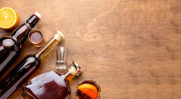 Vista superior das garrafas de álcool com cópia-espaço