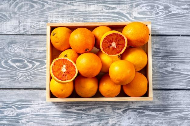 Vista superior das laranjas em uma caixa de madeira