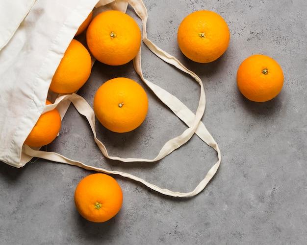 Vista superior das laranjas para uma mente saudável e relaxada