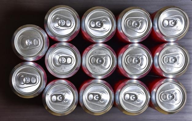 Vista superior das latas de alumínio, latas de cerveja fechadas, muitas latas de alumínio de cerveja