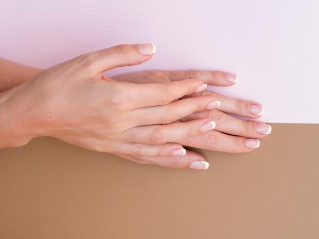 Vista superior das mãos de mulher bem cuidada