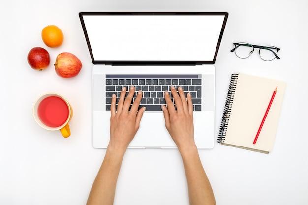 Vista superior das mãos de mulher bonita usando laptop