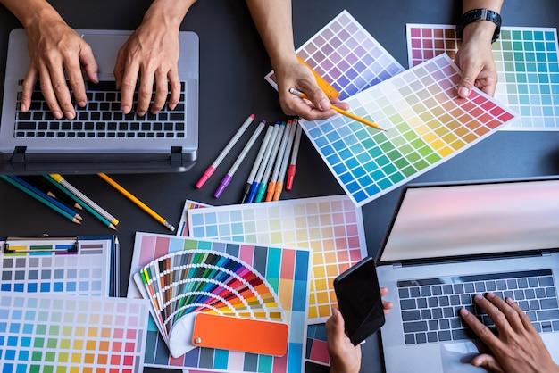 Vista superior das mãos dos designers de brainstorming do escritório de negócios.