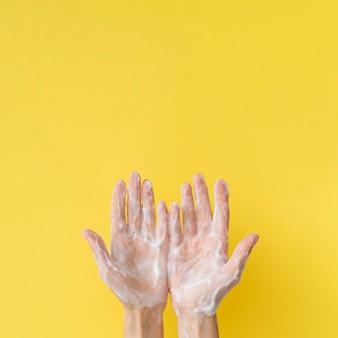 Vista superior das mãos espumosas com espaço de cópia