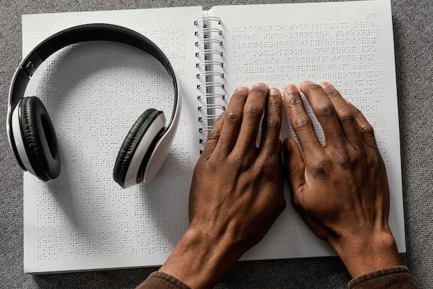 Vista superior das mãos lendo braille