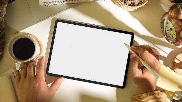Vista superior das mãos masculinas usando o tablet o