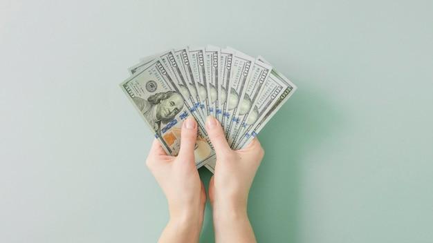 Vista superior das mãos segurando dinheiro
