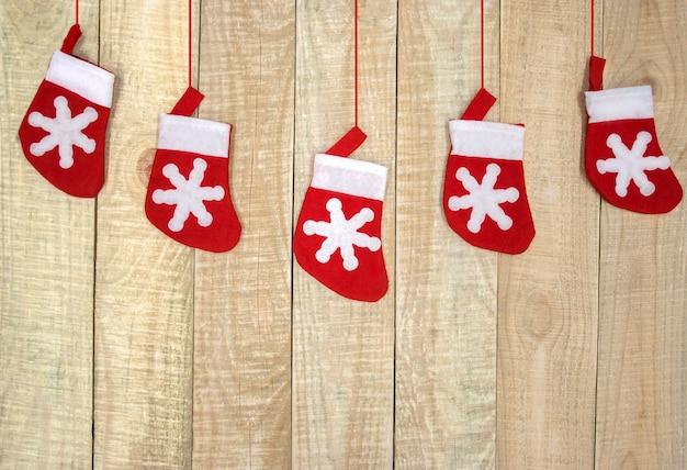 Vista superior das meias de natal em fundo de madeira